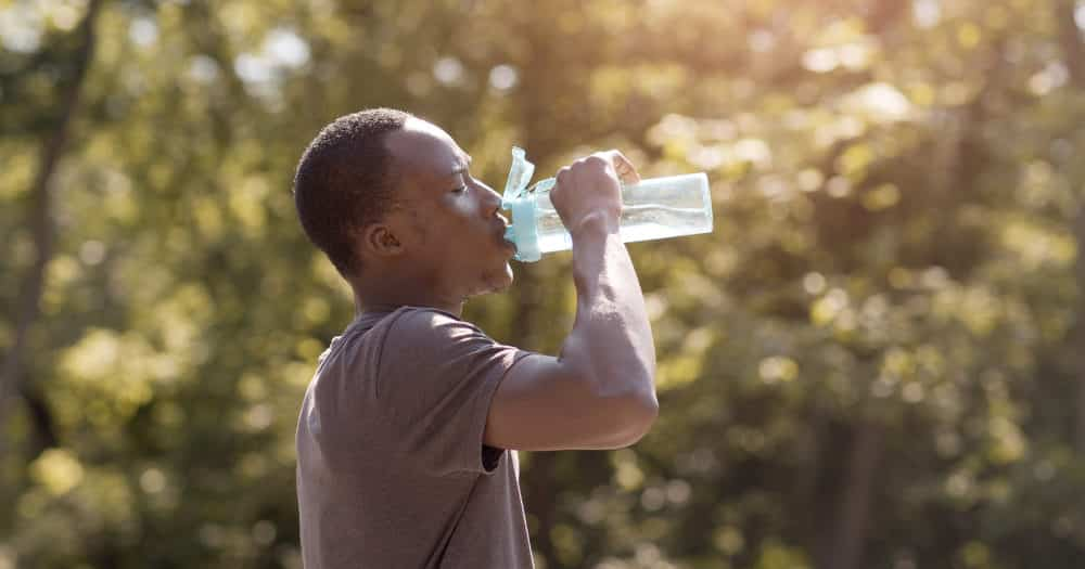 https://www.easyemergencyplan.com/wp-content/uploads/2021/07/Man-Drinking-Water-Bottle-Travel-Essential-Environment-01-1000x525.jpg